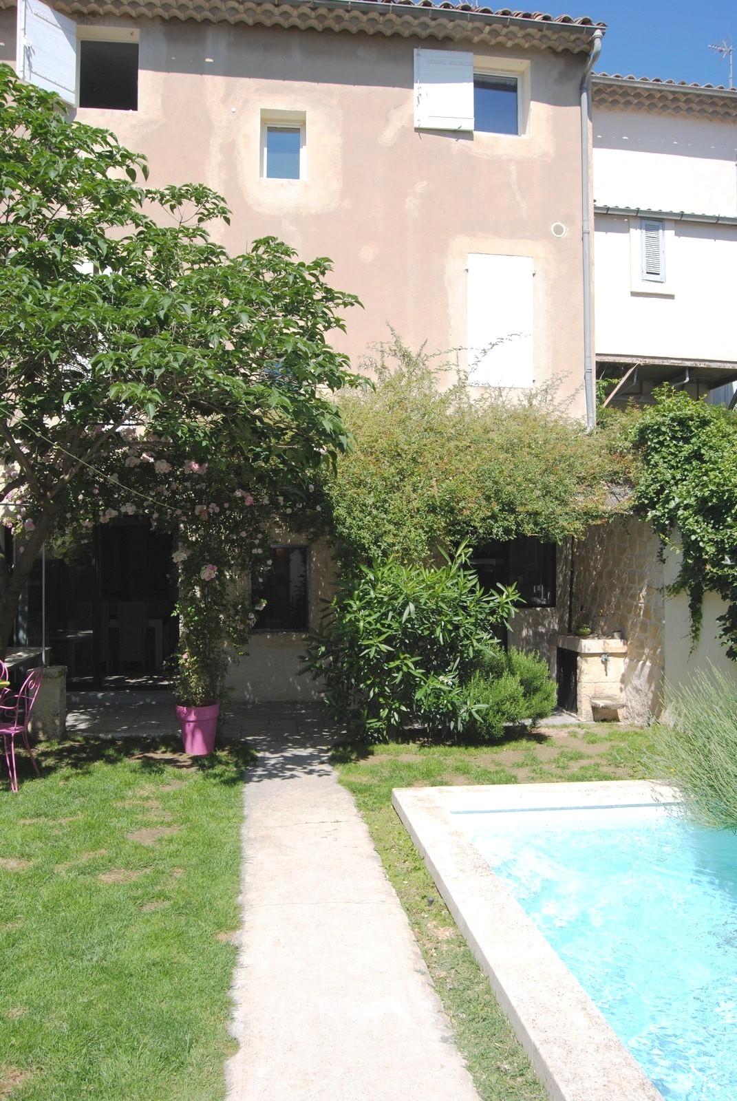 pertuis maison de village t6 vendre avec jardin piscine garage et cave un t1 de 37 m. Black Bedroom Furniture Sets. Home Design Ideas